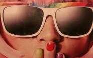 modelo con uñas multicolores